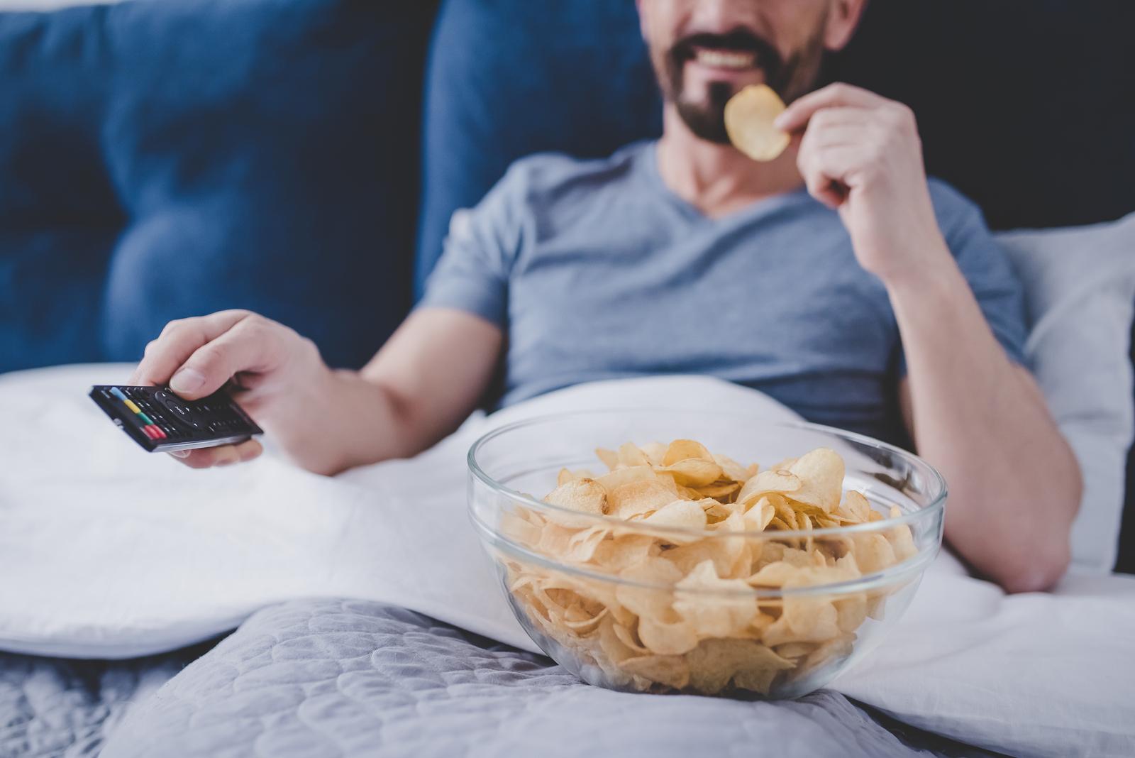 Mirar TV al dormir: desventajas asociadas y tips
